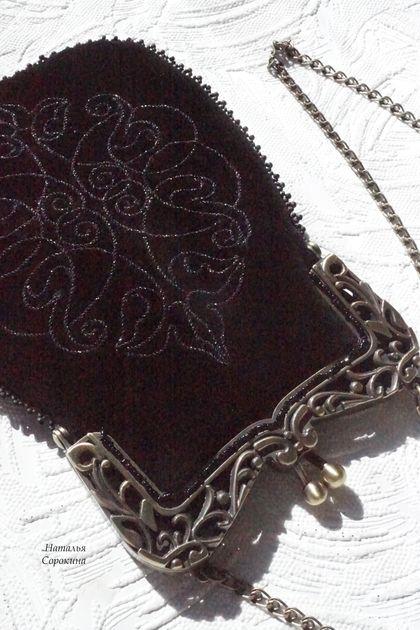 Чёрный ридикюль `Арабески`. Чёрный ридикюль 'Арабески' - элегантная маленькая сумочка для вечернего платья. Вышивка сделана  в технике золотного шитья 'чёрным по чёрному', поэтому при разном освещении  вышивка даёт разные эффекты.
