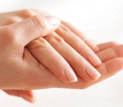 A szakértők azt mondják, hogy a kezünkön lévő bőrön láthatók az öregedés első jelei. Miért van ez így? Mivel a bőr a kézen nagyon vékony és érzékeny. Szerencsére egy kis erőfeszítéssel, ismét fiatalossá tudod tenni a kezed. Észrevehető öregedés A kézfejünk felső részén nagyon kevés a zsír, a kollagén és elasztin szint kezd megtörni, és ez a hatás válik észrevehetővé. A folyamatosan mosogatás és különböző vegyi anyagok rossz hatással vannak rá, így nem meglepő, hogy több odafigyelést i...