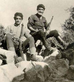Η Μάχη της Κρήτης – 20 Μαΐου 1941 20/05/2012 — sofilab Με την ονομασία αυτή έμεινε στην ιστορία η αεραποβατική επιχείρηση, που επιχείρησε η Ναζιστική Γερμανία κατά της Κρήτης στις 20 Μαΐου 1941 και η οποία έληξε δώδεκα μέρες μετά, την 1η Γερμανοί αλεξιπτωτιστές και αεροπλάνα πάνω από την Κρήτη, Μάιος 1941. Ιουνίου, με την κατάληψη της Μεγαλονήσου. Ήταν μία από τις σημαντικότερες μάχες του Β' Παγκοσμίου Πολέμου, με πολλές πρωτιές σε επιχειρησιακό επίπεδο.