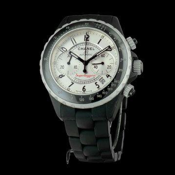 La Chanel Chrono J 12 Superleggera est née d'un transfert de technologie. Dessinée par le directeur artistique Chanel Jacques Helleu, cette montre est totalement inspirée du concept Superleggera ; concept créé par l'Italien Touring dans les années 50