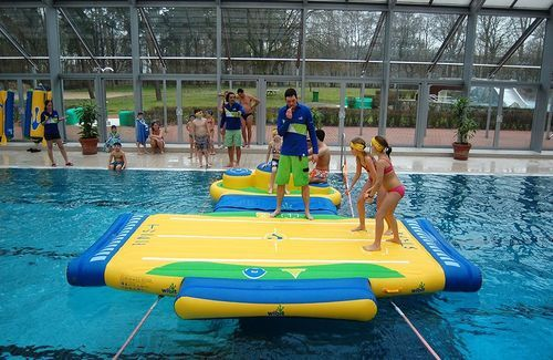 Jeu gonflable pour piscine publique oval wibit sports for Conception piscine publique