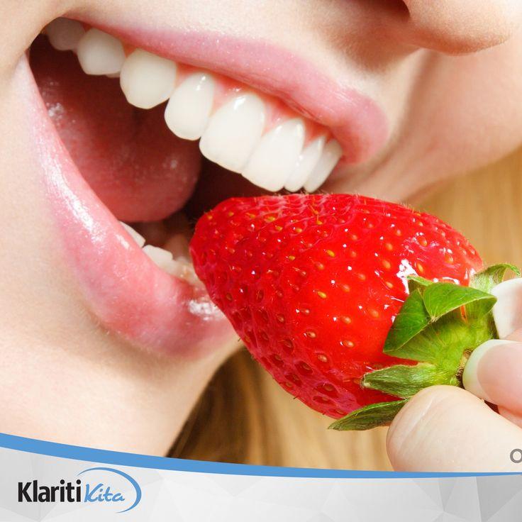 Strawberry, si merah yang memiliki rasa asam manis ini ternyata bisa membantu memutihkan gigi kuning dengan  cara mengkonsumsinya secara rutin. #TipsSehatKlaritiKita