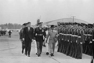 -inspeksi tentara amerika dengan J.F Kennedy-