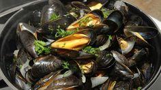 Muscheln zubereiten leicht gemacht. Mit diesen Rezepten kann jeder Miesmuscheln kochen. Ein besonderes Essen für besondere Tage.