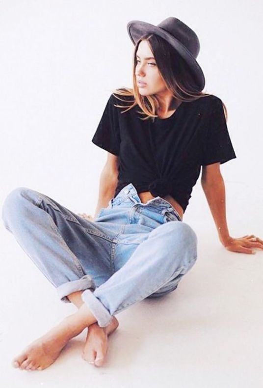 e7b8d047426 10 Different Ways To Style Mom Jeans - Society19 UK