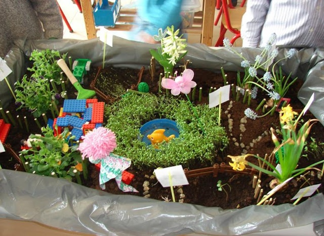 planten en zaaien in de zandtafel (wel plastiek in leggen)