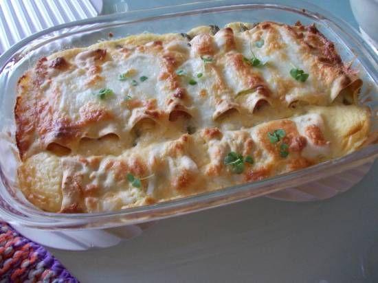 Verrukkelijk!! Een TOP-recept. Voorgekookte groene asperges gerold in een plakje ham, kaas en daarna in lasagneblad. Overgoten met een saus van roomkaas,...