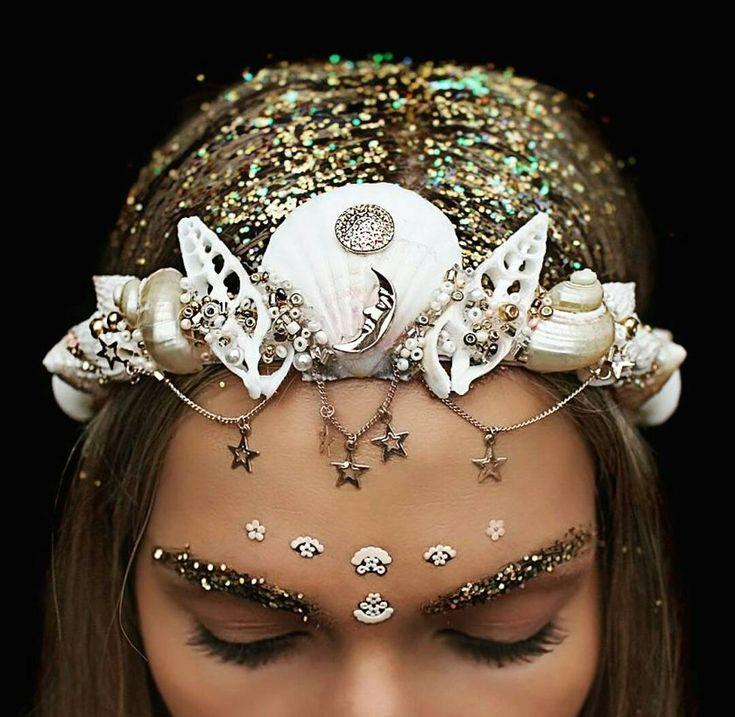 Les couronnes de fleurs, c'est fini ! Maintenant la tendance laisse place aux couronnes... de sirène !                                                                                                                                                                                 Plus