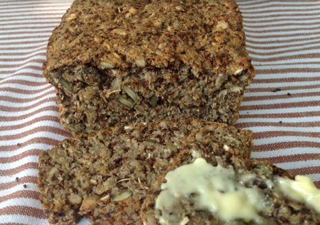 """Jeśli wybierzesz chleb upieczony z """"odpowiednich składników"""" to pomoże Ci on chronić Twoje zdrowie i być może uleczyć z męczących Cię dolegliwości.  Pomoże Ci nawet schudnąć, bo dowiedziono, że osoby, które przestały jeść produkty z pszenicy, schudły średnio od 11,8 do 12,5 kg w ciągu 6 miesięcy"""