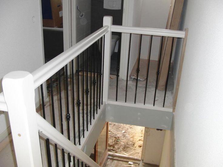 hekwerk langs trap en overloop hout met smeedijzer