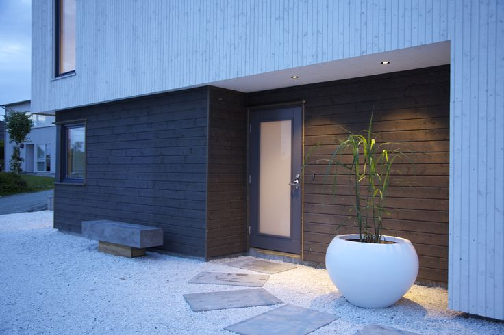 Velkommen hjem! #urbanhus #inngangsparti #hellegang #grus #benk #entrance #modern #house  Welcome home!