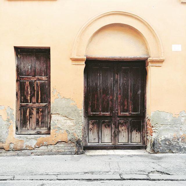 Colori che sbiadiscono, la patina del tempo... #Ferrara #architecture  Fading colors, passing time #oldtown #instadoor #street #latergram #instamoment #emiliaromagna #igersferrara #igersitalia #whatitalyis #colors #archilovers #instastreet #littlethings #comuneferrara #travel #travelgram #instatravel #viaggi #vintage #instacity #ihavethisthingwithdoors #dettagli #picoftheday #myferrara #thebest_windowsdoors