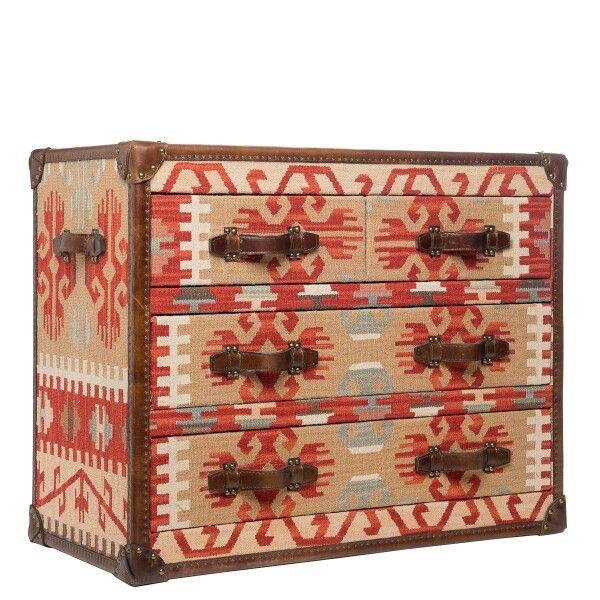 Killim (Килим)   Каркас: хвойные породы дерева. Ящики комода изготовлены из МДФ обитые тканью, кант обработан кожей с металлическими клепками. Отделка: гобеленовая ткань 60% шерсть, 40% полиэстр, декоративные элементы изготовлены из натуральной кожи.  Ножки: ножки-гвоздики с антицарапающим покрытием.   Описание модели: Принт Наваха благодаря узнаваемости и универсальности прекрасно смотрится в этническом интерьере. А цветовая гамма делает его прекрасным компаньоном в любом современном…