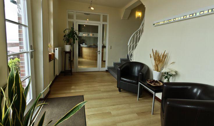 Verbringen Sie ein paar erholsame und entspannte Tage an der Nordsee. Die unter Denkmalschutz stehenden Hotels liegen etwa 50m auseinander direkt an der Südstrand-Promenade und verfügen beide über ein hauseigenes Restaurant mit angrenzendem Terrassenbereich.
