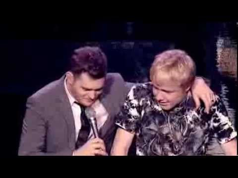 Michael Bublé - Singing with a Fan Live [Extra] - YouTube