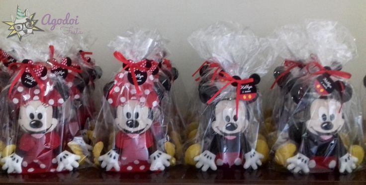"""=Mickey e Minnie feitos em feltro!=    Decoração p/ aniversário, lembrancinhas e centro de mesa.  O produto vai embalado em saquinho de celofane + tag.  Kit Minnie e Mickey  Medidas aproximadas: 20cm de altura x 19cm de comprimento e 3,5cm de espessura.  Não são 3D  Dúvidas? Clique no botão """"cont..."""