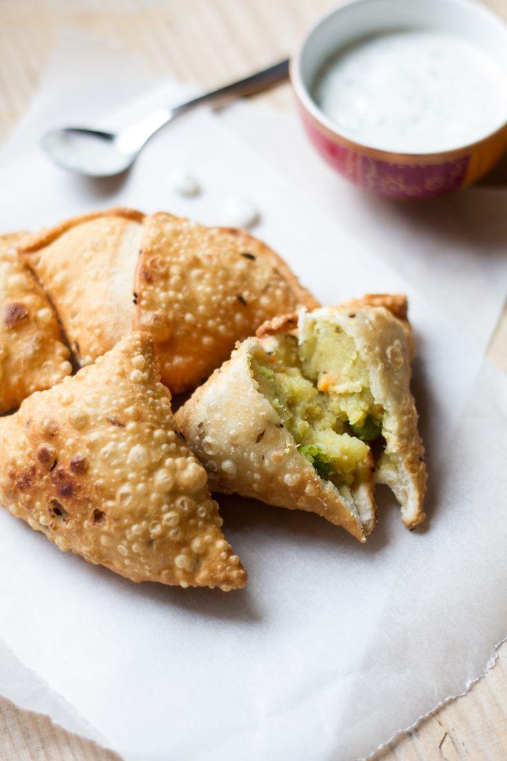 I samosa sono uno dei piatti che preferiamo della cucina indiana. Noi abbiamo voluto proporvi la ricetta dei samosa di verdure, 100% vegan! Provateli!