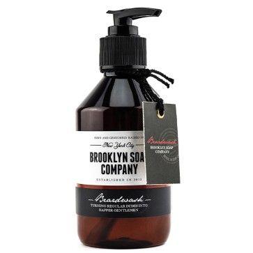 Der herb-würzige und leicht süßliche Geruch des Brooklyn Soap Company Beardwash könnte männlicher kaum sein. Kernig, aber nicht zu stark. Scharf, aber nicht unerträglich. So sollte ein Bart riechen. Zusätzlich wird er auf die natürlichste nur mögliche Weise gepflegt. Onlineshop: blackbeards.de/ #Bartshampoo #Beardwash #Beardsoap #Bartseife #Bartpflege #Beardcare #Beardgrooming #Beard #Bart #Beards