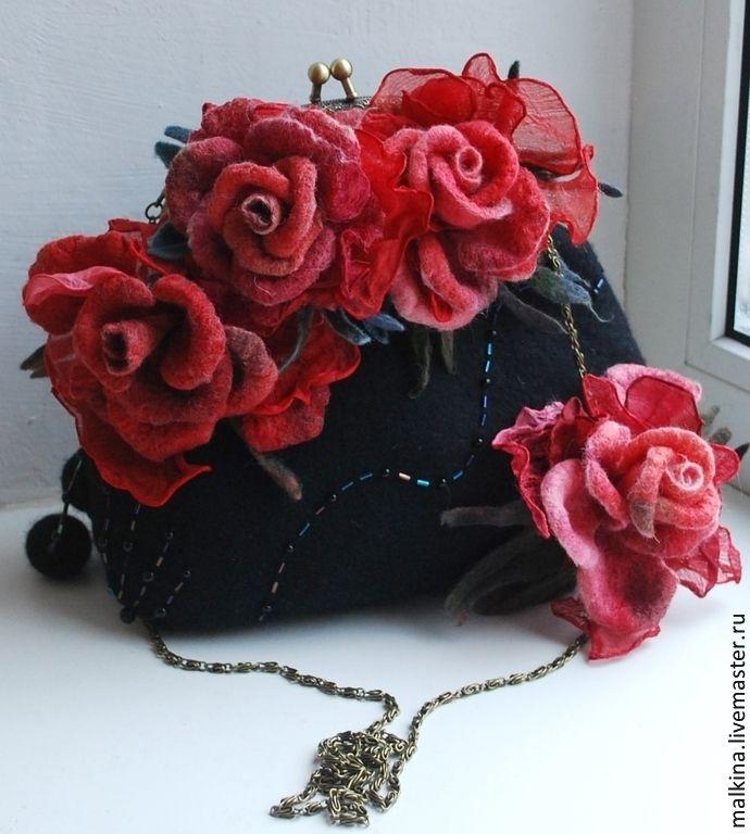 Купить Валяная сумка на цепочке Красные розы - чёрный, валяная сумка, войлочная сумка, сумка ♡