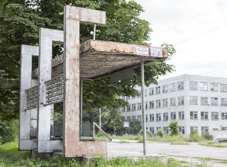 quibbll.com - Кристофер Хервиг (Christopher Herwig): Советская автобусная остановка - Молдова, г. Бельцы
