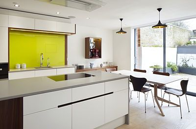 Kuchyň s jídelní zónou nabízí výhled do zahrady.