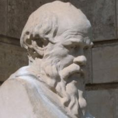 """Muchos solemos usar esta frase humildemente cuando no sabemos sobre un tema en concreto, pero, ¿quién fue el que popularizó """"Sólo sé que no sé nada"""" y la dejó para siempre en nuestro imaginario colectivo? La frase se atribuye a Sócrates, pero fue Platón quién la recogió por primera vez, ya que Sócrates no dejó testimonio escrito."""