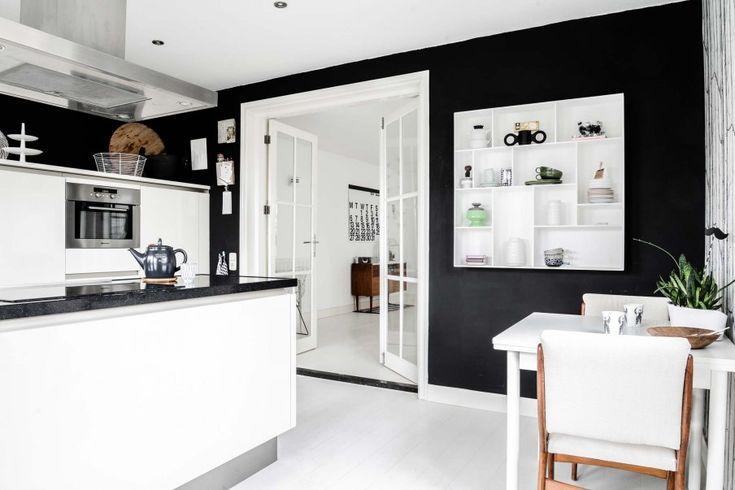 Twee samengetrokken arbeidershuisjes in Vianen |Styling and photographer Souraya Hassan | Editie vtwonen december 2014 #magazine #vtwonen #binnenkijken #black #white #kitchen #cosy #home