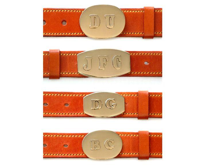 Cinturones lisos con hebilla de iniciales.
