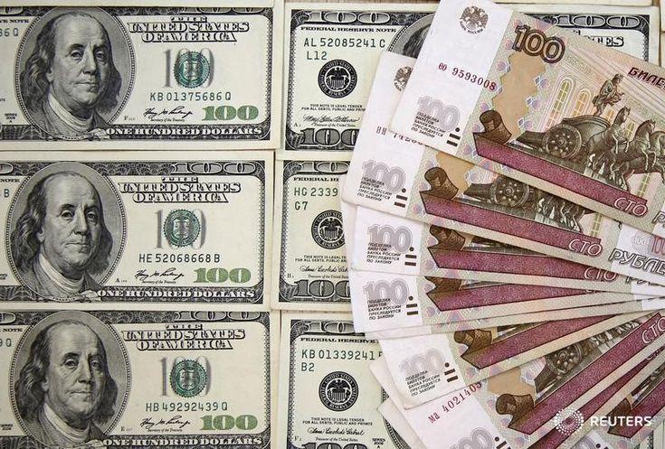 © Reuters. Рублевые и долларовые купюры в Сараево