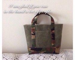 アンティークの織りの帯(正絹・シルク)から作った鞄です。帯地なので生地は厚めで張りがあります。しっかりした芯を表布と裏布の間に入れています。裏布は少し光沢感のある濃いグレー色の化繊の生地で、内ポケットが付いています。表側のマチ(側面)にも両側にポケットがあります。肩から掛けたり、手にさげたりすることができ、大変軽くて使っていただきやすいです。マチがあるので、見た目よりも荷物がしっかり入ります。高さ約23センチ、横幅の一番広い所約30センチ、マチ幅約10センチ持ち手長さ約42センチです。お着物の時はもちろん、デニムやTシャツなどカジュアルなスタイルに合わせるとおしゃれです♪ほぼ使用感のない綺麗な袋帯から作りました。世界でひとつだけのオリジナルバッグです!アンティークの帯地のできるだけ良い状態の物を選んで使用していますが、古い帯地なのでまれに小さな傷やしみがある場合があります。昔の帯の風合いの良さや色彩の美しさを楽しんでいただけたら・・・と思います。