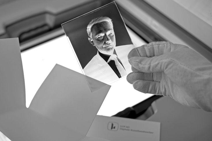 """Christian Lindner, FDP. Portraitiert auf handgegossenes Negativ: Christian Lindner, FDP. Ein junger Politiker mit Profil und Unternehmergeist. Landtagsabgeordneter, FDP-Bundesvorsitzender und inoffizieller Oppositionsführer in NRW. Valéry Kloubert portraitierte Lindner Anfang Juni für sein Projekt """"Meinungsbilder"""" im Düsseldorfer Landtag. Das entwickelte handbeschichtete schwarz-weiß Glasplattennegativ wird jetzt von der LUP AG – Digitale Kunsthandwerker fa"""