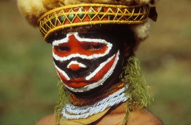 INDIGENOUS PEOPLE, PAPUA NEW GUINEA. - Portrait of a tribesman with face paint and headress www.missdinkles.com