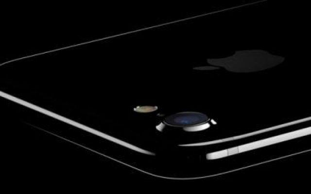 l'iPHONE 7 e` arrivato! Tutte le caratteristiche e le particolarita` Ieri sera, come da programma, la Apple ha presentato il suo nuovo TOP DI GAMMA per quanto riguarda il settore della telefonia, l'iPhone 7. Per la precisione i dispositivi sono 2 visto che, cosi come  #apple #iphone7