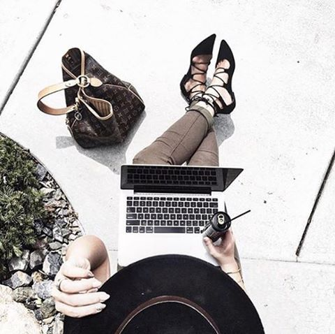 Who doesn't LOVE working outside? With It Works! you can literally work from anywhere ! Go outside, grab an ENERGY and make your biz go BOOM this afternoon ! #Wrapeneur