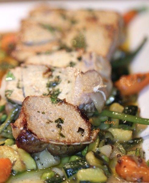 Préparation : 15 min Cuisson : 40 min Pour 4 personnes : -1 rôti de veau de 800 g environ -huile d'olive -1 gousse d'ail -1 bouquet de basilic -80 g de beurre salé -200 g de haricots verts -2 courgettes -200 g de petits pois -200 g de carottes -1 oignon...