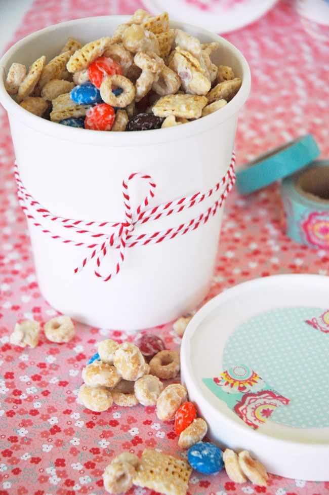 Perfect pretty picnic packaging - and an easy recipe for the perfect snack mix to fill up the adorable containers! #picnic #snackmix #whitetrash #candy #chocolate #ricechex #cornchex #cheerios #bakerstwine #washitape #scrapbookingpaper