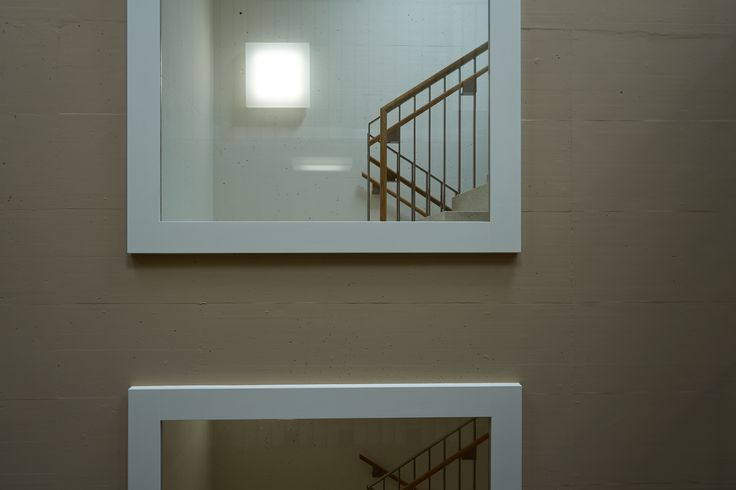 Seperates Fluchttreppenhaus mit Fenster, Wohnsiedlung Winkelmatt, gebaut von Liechti Graf Zumsteg Architekten(2017), Hofstrasse 36-44,5406 Baden-Rütihof,Schweiz #Beton #architektur #architecture #Beton