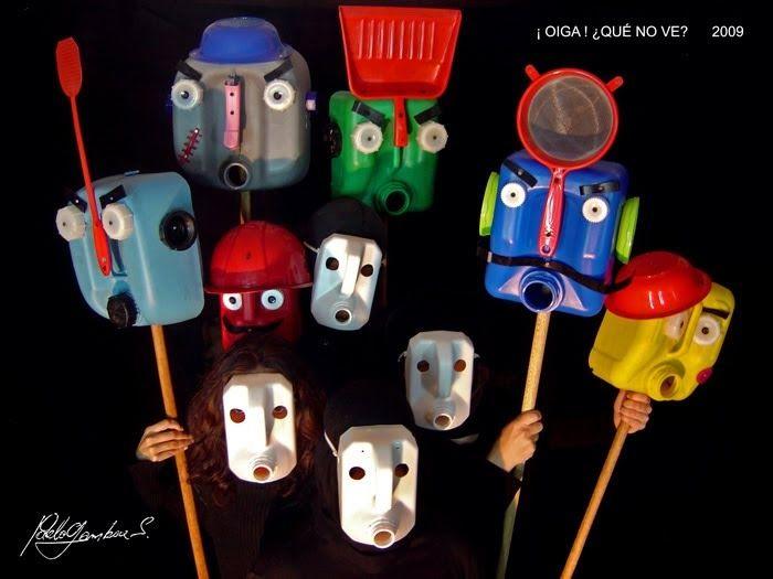 Los personajes de la obra con las máscaras y la utilería