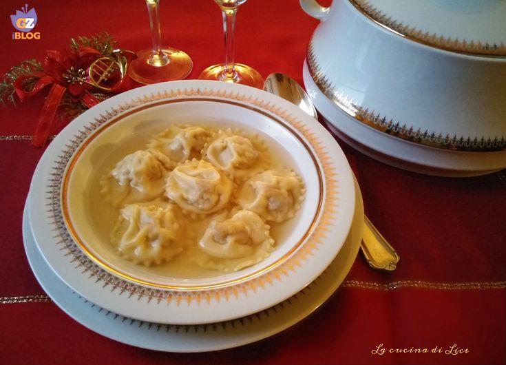 I ravioli di carne in brodo di cappone è un primo piatto molto ricco e saporito che tipicamente si prepara durante le feste natalizie.