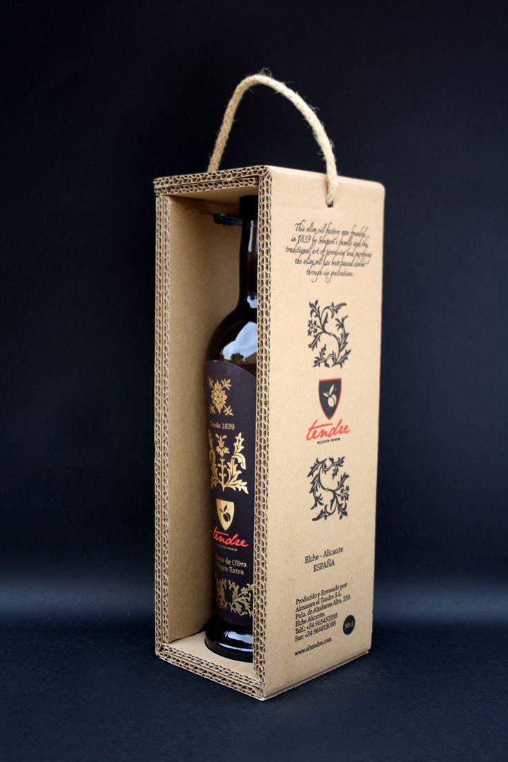 Оригинальные коробки для подарочной упаковки оливкового масла El Tendre. Подарочная упаковка для оливкового масла El Tendre Испанская компания El Tendre производит оливковое масло уже более 175 лет. Эта упаковка является подарочное издание для премиальной марки the Extra Virgin Olive Oil. Коробка сделана из пятислойного гофрокартона и имеет конструктивную форму обечайки, в которой зафиксирована бутылка оливкового масла. Стеки у коробки двойные. В крышке коробки проделано отверстие для…