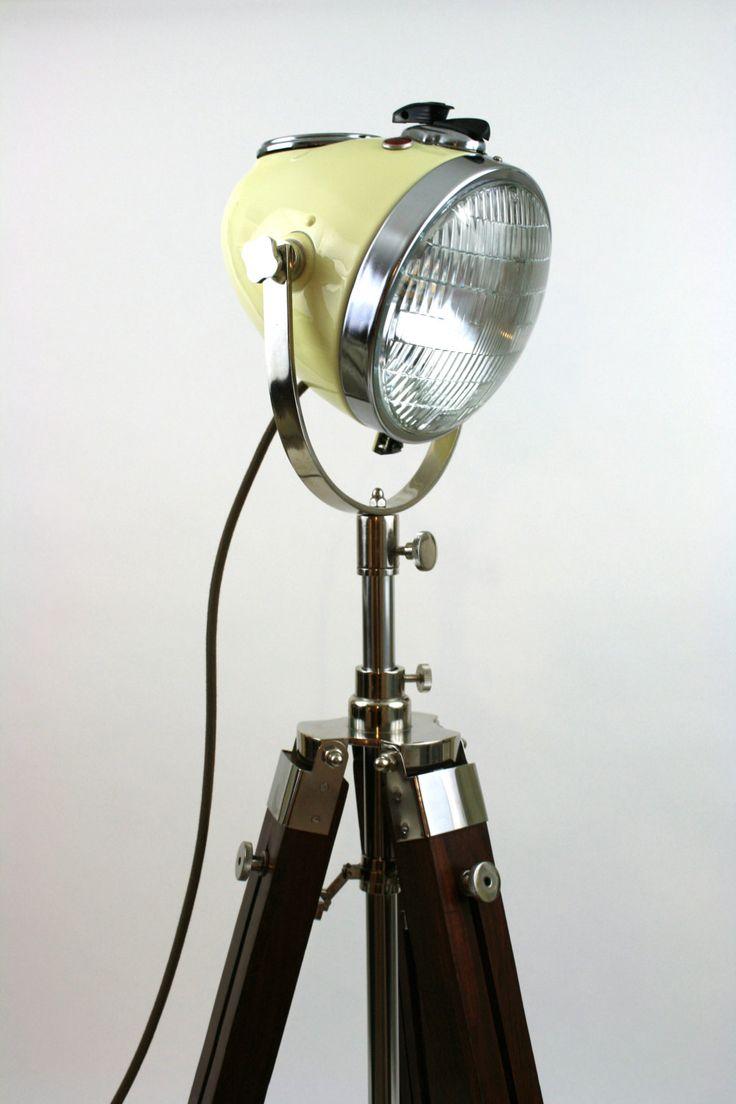 Deze vloerlamp is gemaakt van een gerestaureerde originele jaren 1960 Ural zijspan koplamp. Deze koplamp is volledig gerestaureerd met gloednieuwe professionele vintage bot witte verf. Wij hebben het gecombineerd met een bruin doek cover koord, LED-verlichting en een nieuwe houten statief. Hier hebben wij de oorspronkelijke verwisselbare contactsleutel nu draai op het licht. Deze lamp gaat vanaf 3ft tot 6ft hoog. Dit is een echte antieke een waar stukje geschiedenis.