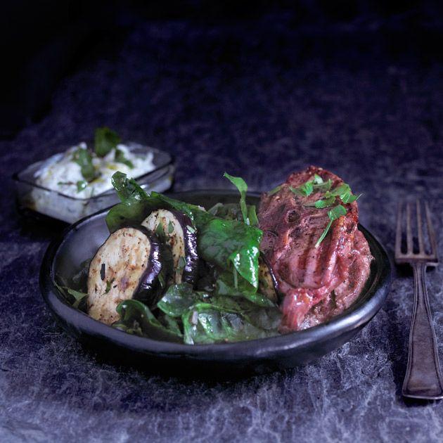 Koteletter med tzatsiki, spinat og aubergine