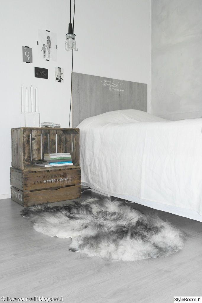 makuuhuone,puulaatikko,yöpöytä,talja,sänky,sänkynpääty,kortti,valaisin