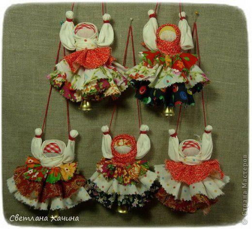Вот такие весёленькие куклёнки сотворились у меня по этому мк -  http://pelagea-kukla.ru/14-valdayiskiyi-kolokolchik-master-klass-galiny-bodyakinoyi-xarkov-ukraina.html  фото 3