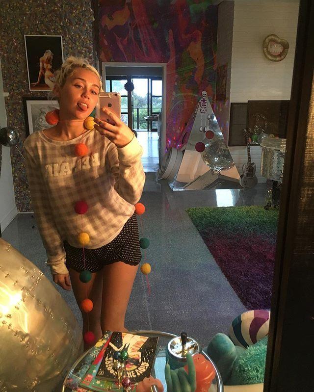 Pin for Later: 102 Célébrités à Suivre Sur Snapchat Miley Cyrus: mileyxxcyrus