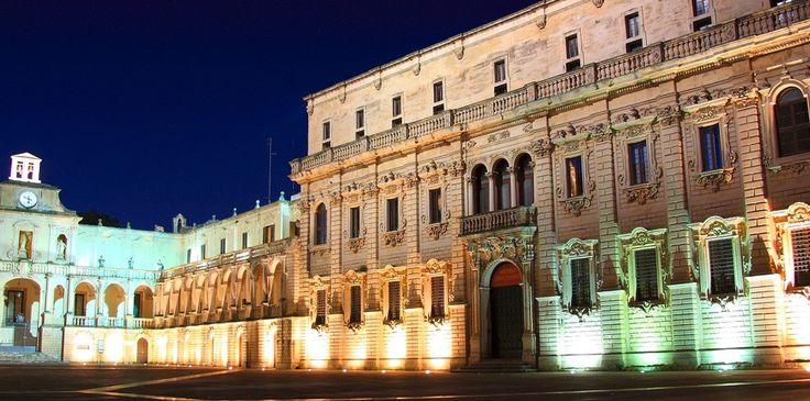 """Vescovato in piazza Duomo, uno dei rari esempi di """"piazza chiusa""""."""