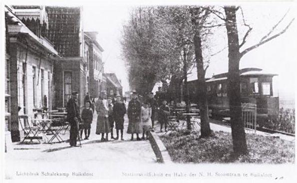 'Lichtdruk Schalekamp Buiksloot, Stationskoffiehuis en Halte der N.H. Stoomtram te Buiksloot.' De foto is gemaakt rond 1900 http://www.amsterdamnoord.com/amsterdam-noord-in-de-vorige-eeuw/noord-vorige-eeuw-afl-10-18/10-nieuw-viaduct-herstelt-buiksloterdijk/
