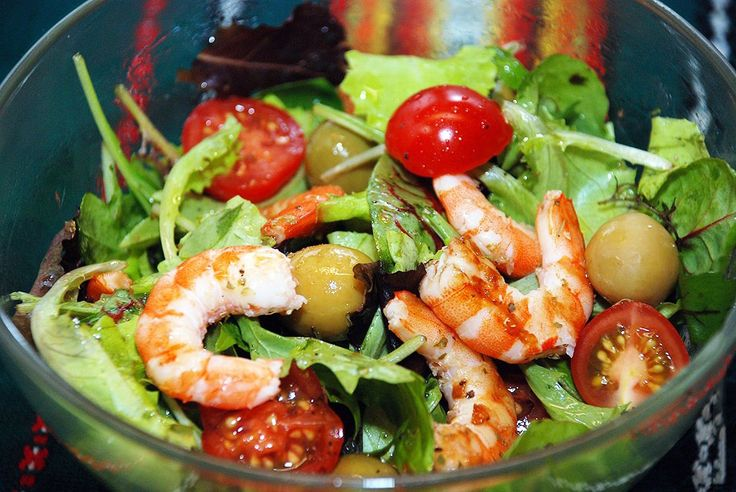 Salad with shrimps, cherry tomatoes and olives