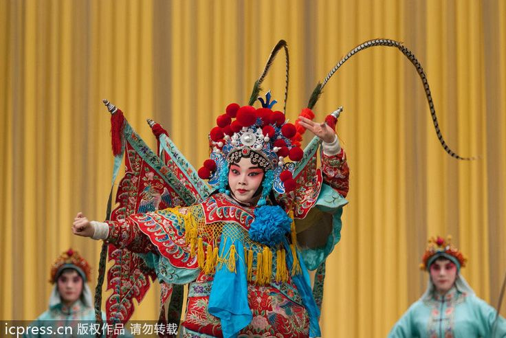 Students perform The Battle at Mt. Jin at the Dagang Theater in Tianjin on Jan 5, 2013. Graduate performances by Beijing Opera students at the Tianjin Art Vocational College began at the Dagang Theater in Tianjin on Jan 5, 2013. Seven plays including Eight Big Hammers and Snow in June won praise. [Photo/icpress]