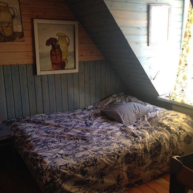 После того, как суд присудил нам близнецов, пришлось думать где они будут спать. В синей комнате, испокон веков, стояла кровать на 140, кресло и шкаф с зеркалом. Крошечная лаконичная комната для гостей.Кресло отдала Делавару, добавила две кроватки и  крошечный шкаф.Кровати же досталось место под окном. Иногда я здесь сплю. Заценила, расположение изголовья к окну. Очень нравится.